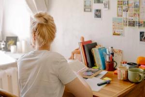 三个月时间可以学习完成人英文零起点课程吗?